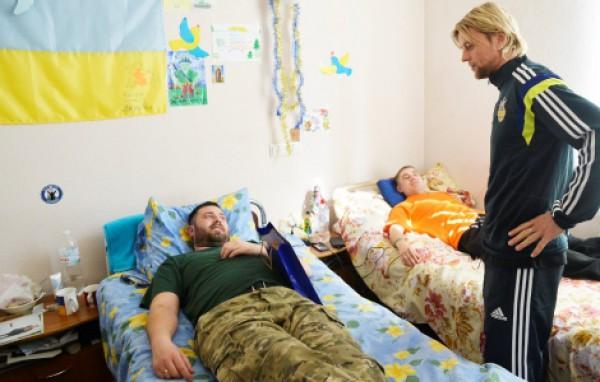 Футболісти української збірної відвідали поранених бійців АТО