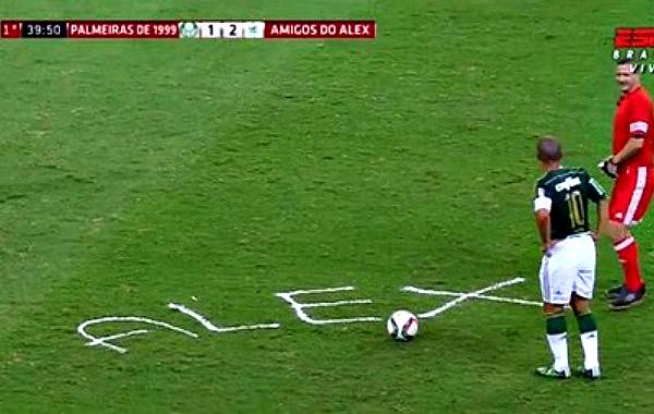Арбітр на газоні написав ім'я футболіста спреєм, що зникає (ФОТО)
