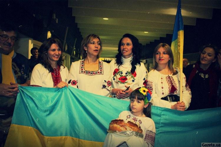 Збірну України у Севільї зустрічали з короваєм і у вишиванках (ФОТО)