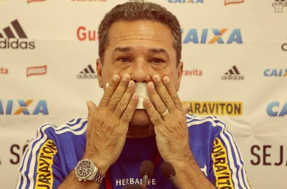 Бразильський тренер заклеїв собі на прес-конференції пластиром рота (ФОТО)