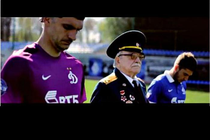 Футболисты «Динамо» склонили головы перед участниками Второй Мировой (ВИДЕО)