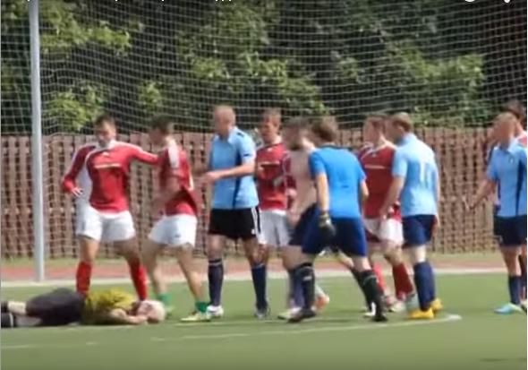 У Росії футболісти ледь не вбили літнього арбітра (відео)