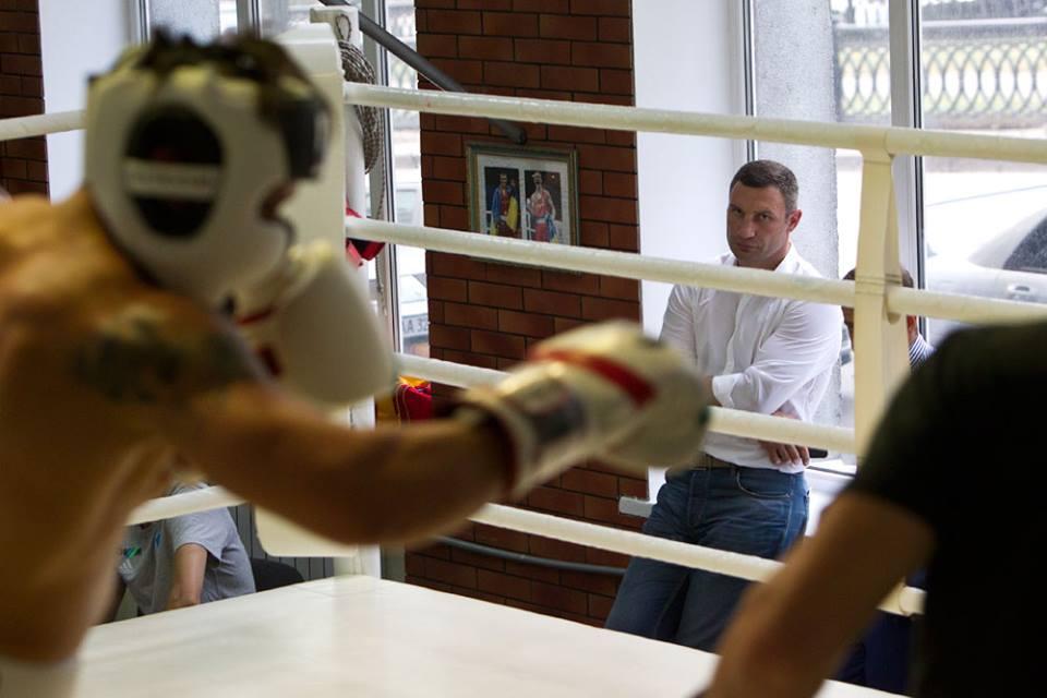 Кличко відвідав Усика перед захистом титулу інтерконтинентального чемпіона  (ФОТО)