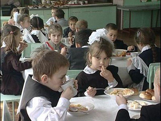 В школьной столовой установили камеры. Видео из них, мгновенно разлетелось по Интернету!