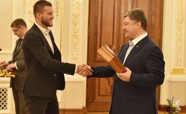 Порошенко озброїв гравців і тренера збірної України