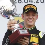 У Формулі-4 син Шумахера виграв дві останні гонки
