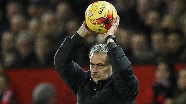 """Моурінью наказав звільнити всіх хлопчиків, які подають м'ячі на стадіоні """"Манчестер Юнайтед"""""""