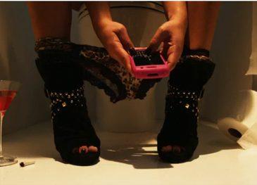 Категорично такого не робіть: яка небезпека чекає на людей, які беруть телефон у туалет