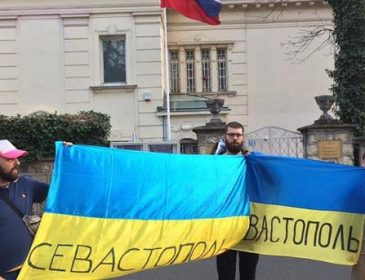Українських фанатів в Загребі затримала поліція за акції біля посольства Росії
