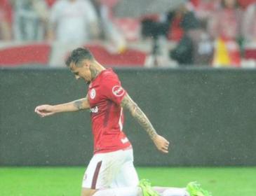 Бразильський футболіст на колінах пройшов все поле, щоб подякувати Богу