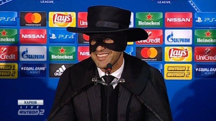Тренер Шахтаря прийшов на прес-конференцію в костюмі Зорро