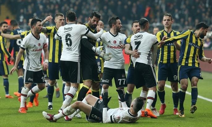 Турецькі фанати зірвали матч і розбили голову тренеру Бешикташа