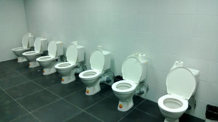 Туалетний скандал: Тільки гляньте на вбиральні на стадіонах до ЧС-2018