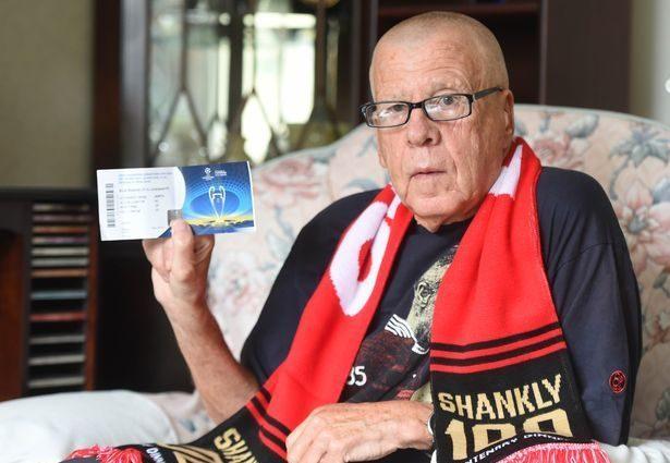 """""""Вболіває за """"червоних"""" 68 років"""": 75-річний фанат """"Ліверпулю"""" не зміг потрапити на матч"""