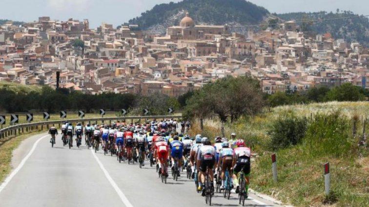 Госпіталізовано в критичному стані: на велогонці Джиро д'Італія сталася жахлива аварія