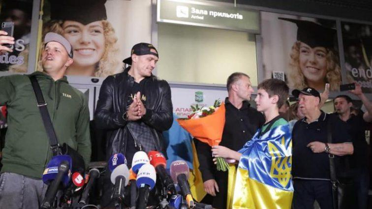 """""""Чемпіоне, Ласкаво просимо додому"""": українці тріумфально зустріли Усика у столиці"""