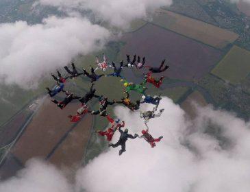 Українські парашутисти встановили в Харкові національний рекорд