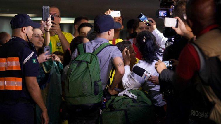 Розчаровані вболівальники зустріли автобус збірної Бразилії камінням